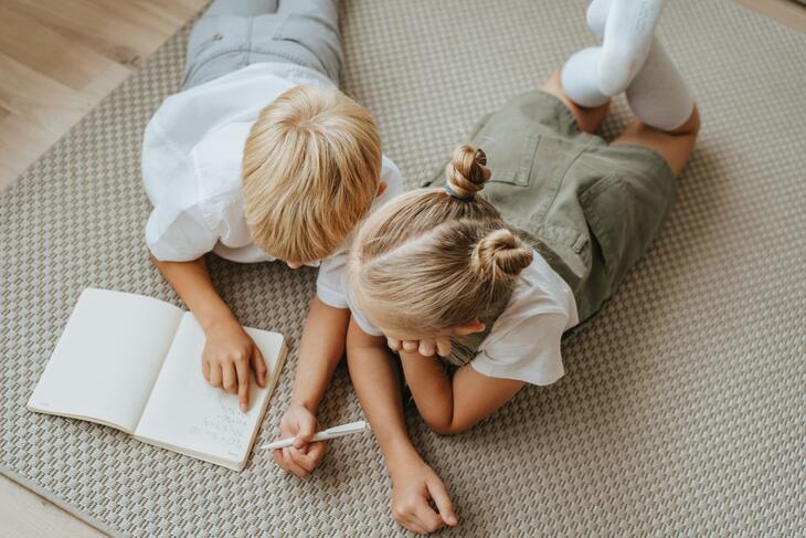 Barn som leker på gulv