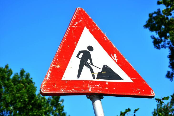 Veilskilt, fare, gravearbeid pågår